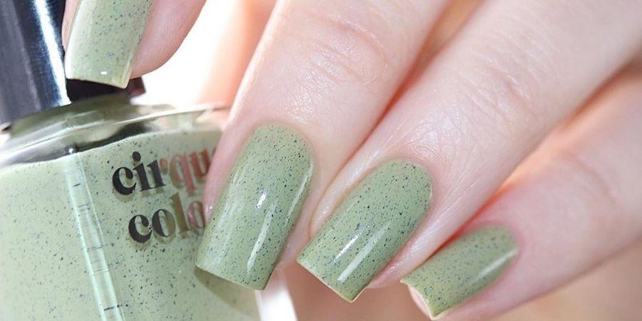 Pistachio green nails trend