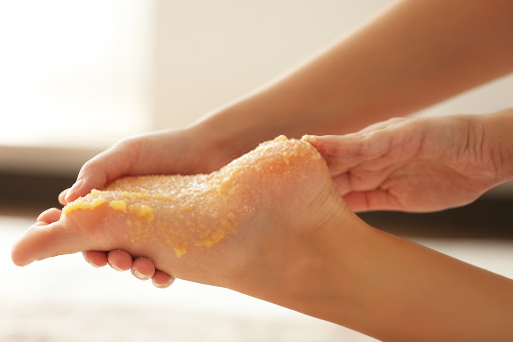 How-to-do-a-foot-spa-at-home-Step-4-Application-of-the-rejuvenating-pack
